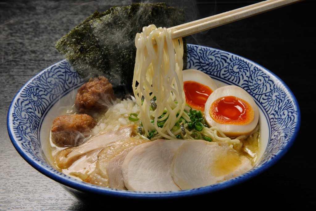 麺屋武一の人気メニュー鶏白湯醤油ラーメン