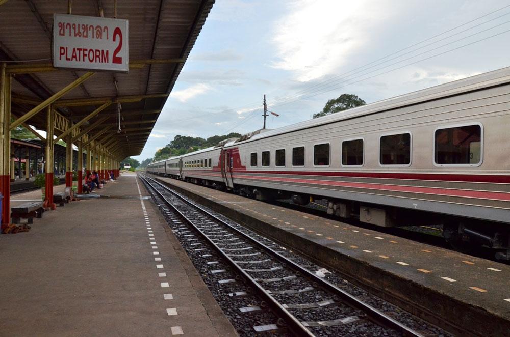一昨年に導入の決まったタイ国鉄新型車両。タイでも新車両への関心は深い。