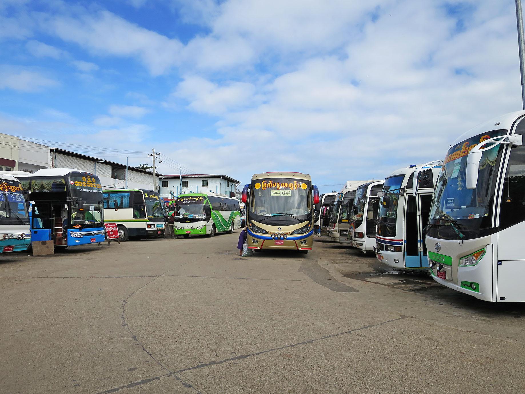 おびただしい数の長距離バスが発着するアウンミンガラーバスターミナル