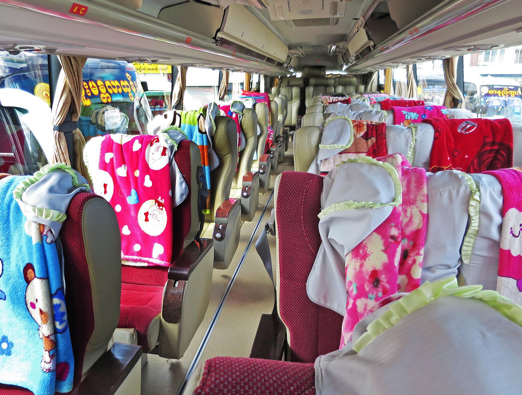3列シートの長距離バス社内。U字枕と毛布を各座席に装備