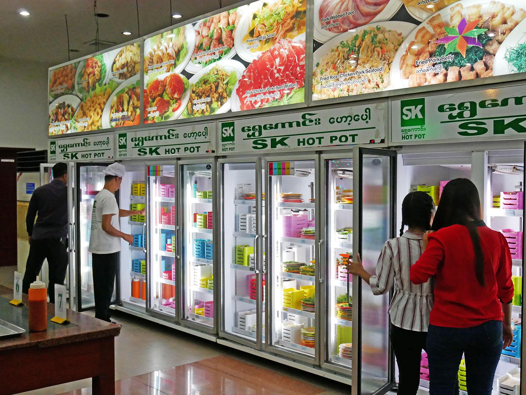 大型冷蔵庫から自由に具材を選ぶ
