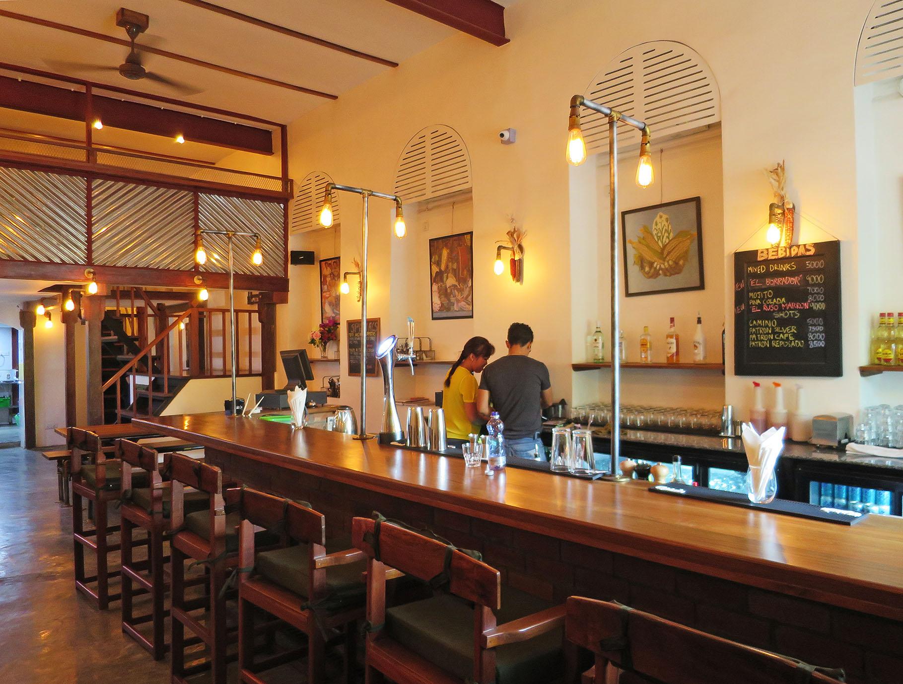 すでに閉店したお洒落系カフェバー。欧米人経営の場合、賃貸や法律上のトラブルで繁盛していても閉店する場合もある。