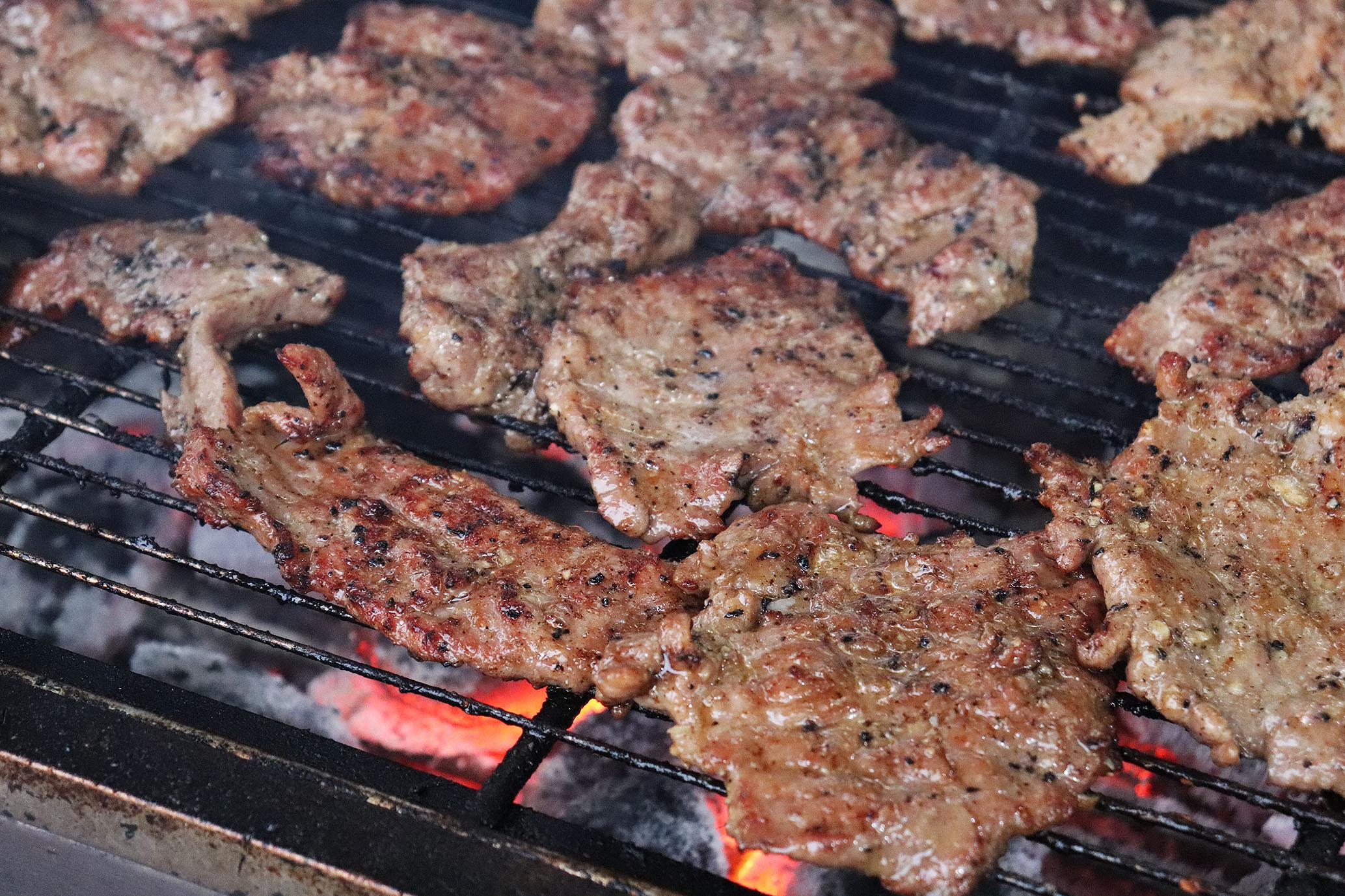 炭火で焼く肉の香りは集客効果抜群だ。