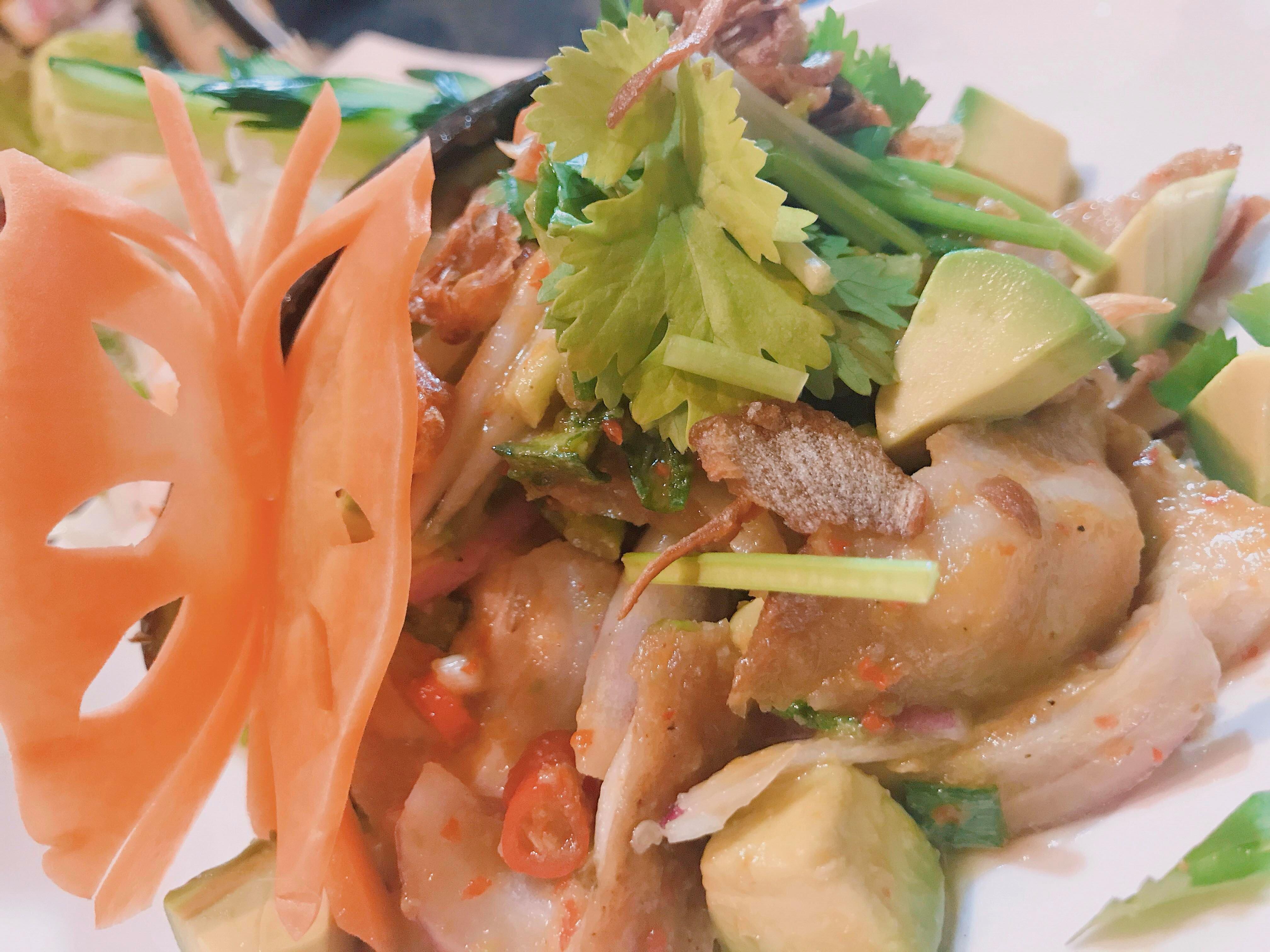 ピリッと辛い豚トロとアボカドのサラダ