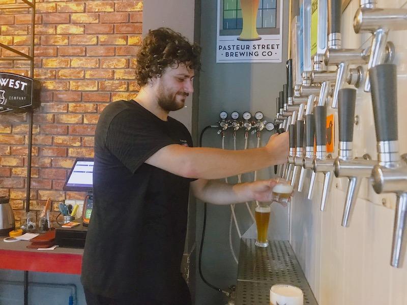 クラフトビールは管理が大事、とタップの裏には巨大な冷蔵庫に繋がっている。