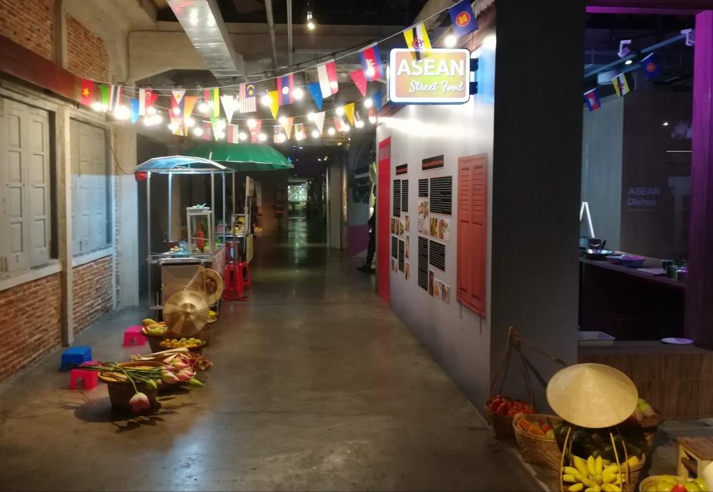 最初は廊下のような展示です
