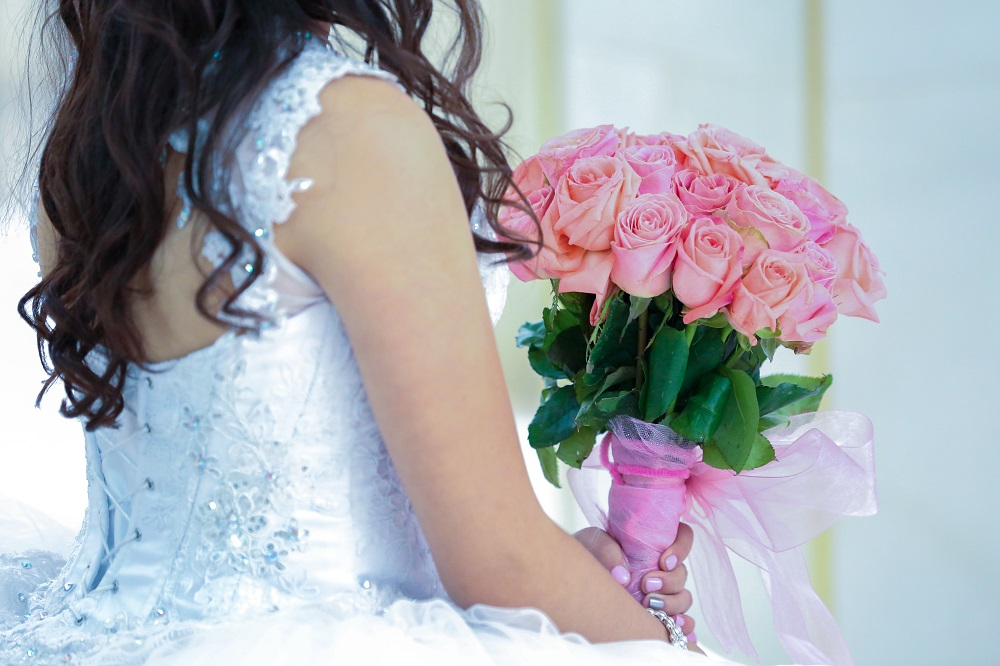 woman-holding-pink-rose-bouquet-1758230