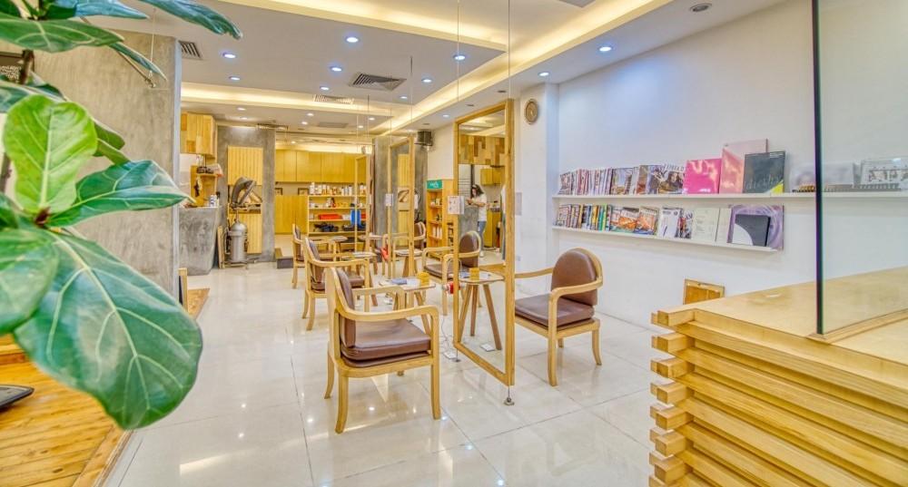 明るく落ち着く店内では日本のヘア製品や家電も購入できる。