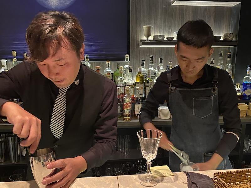 スタッフとカクテルを作る久保さん(写真左)
