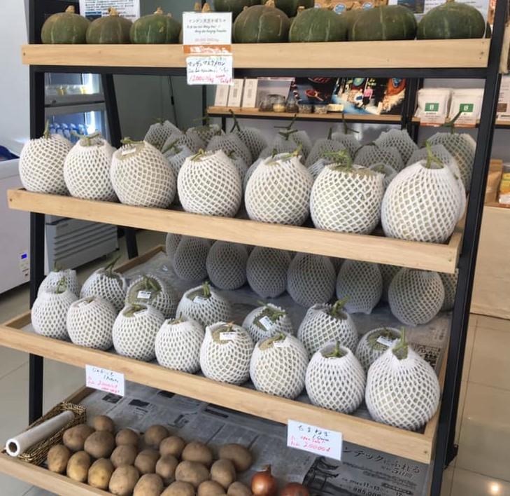 季節により今後も様々な野菜が販売される予定。今野時期はマスクメロンが目玉。日本のように甘いマスクメロンはほとんど栽培されておりません。