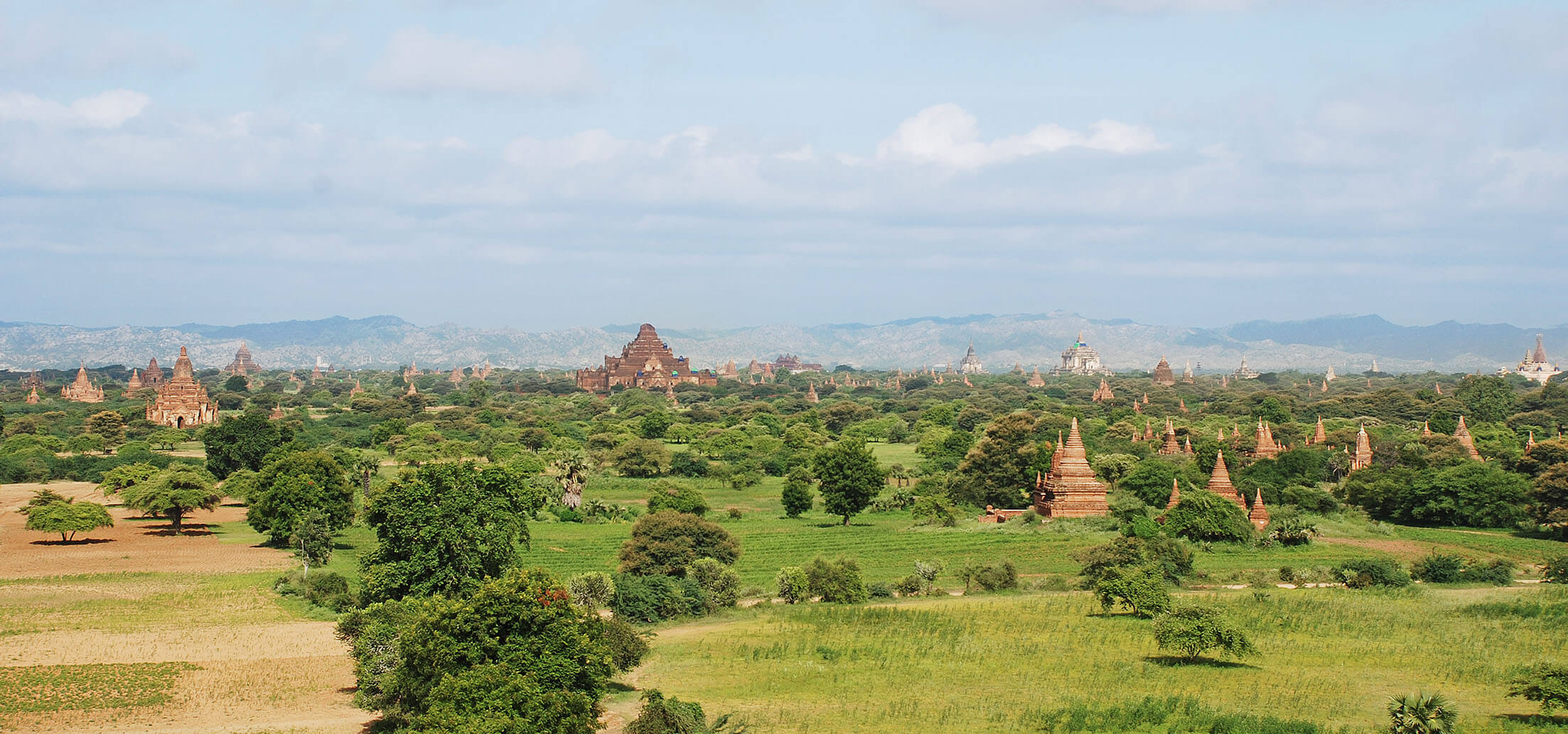 巨大な遺跡が鎮座するのではなく、無数の仏塔の点在する光景がバガンの売りだ
