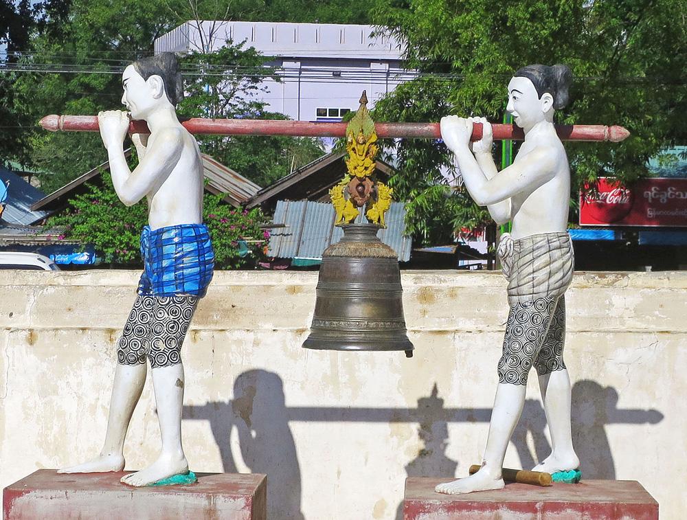 バガンのマヌーハ寺院にある信者の像。太ももの模様がタトゥーだ