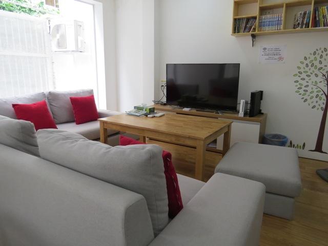 グランドフロアのソファースペース。日本のテレビをリアルタイムで見られる。