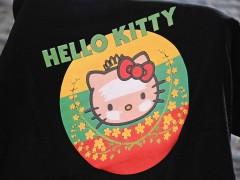 ボージョーアウンサン市場内のシンピューレイ(http://e-asean.net/8594)で買えるご当地キティTシャツ。2種類が2色ずつあり約1650円