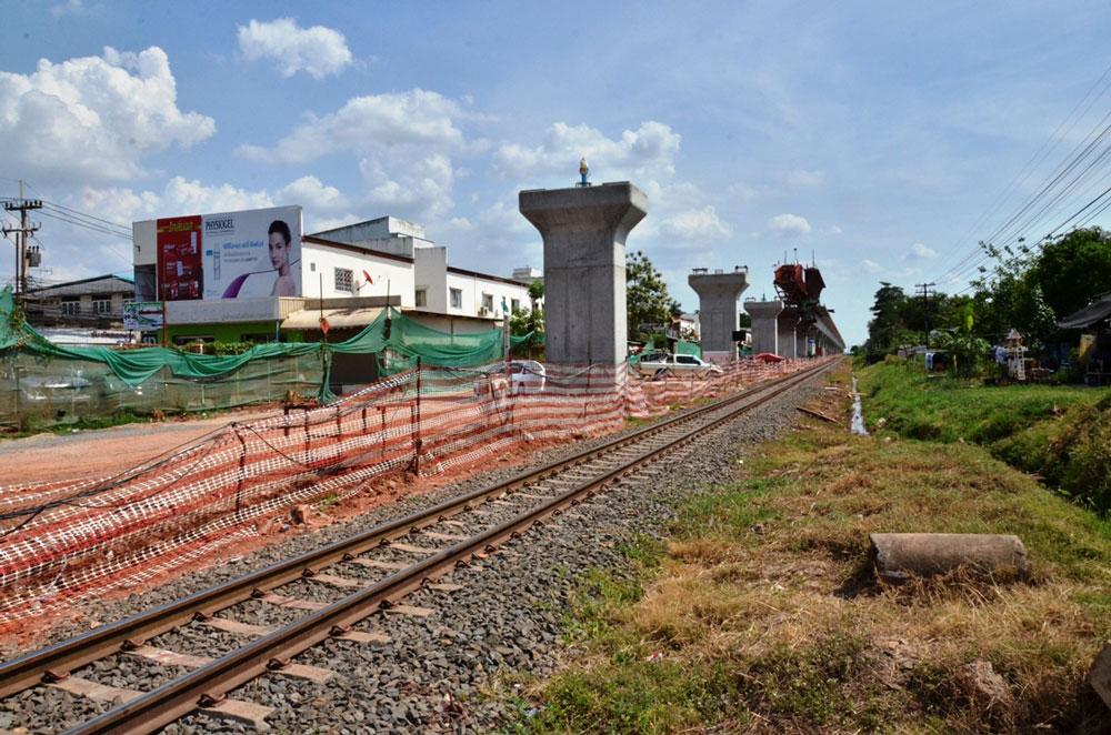 タイ国内では新幹線の建設を見越した高架化工事などが各地で進められている。(コンケーン周辺)