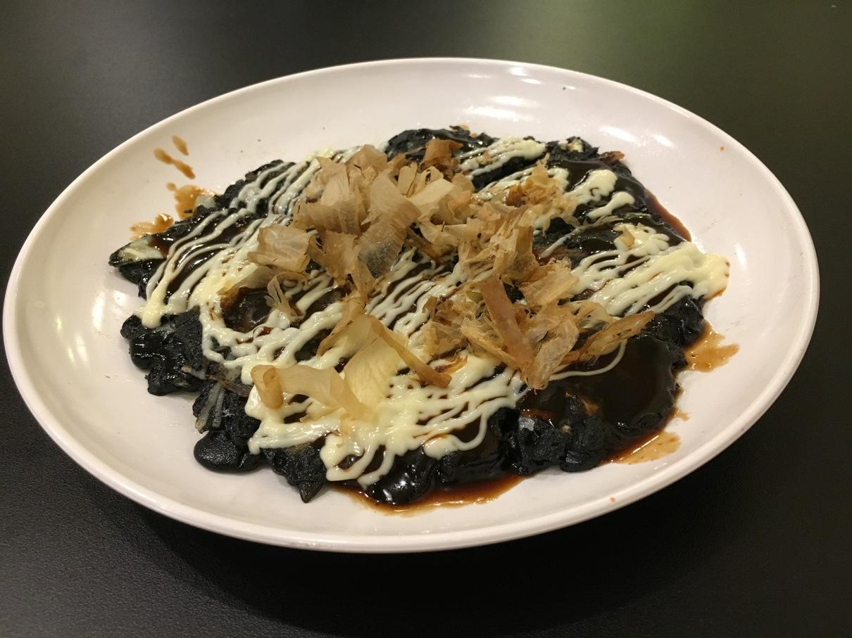 「富士山」で初お披露目の新メニュー「黒お好み焼き」。タイ人客に大人気。