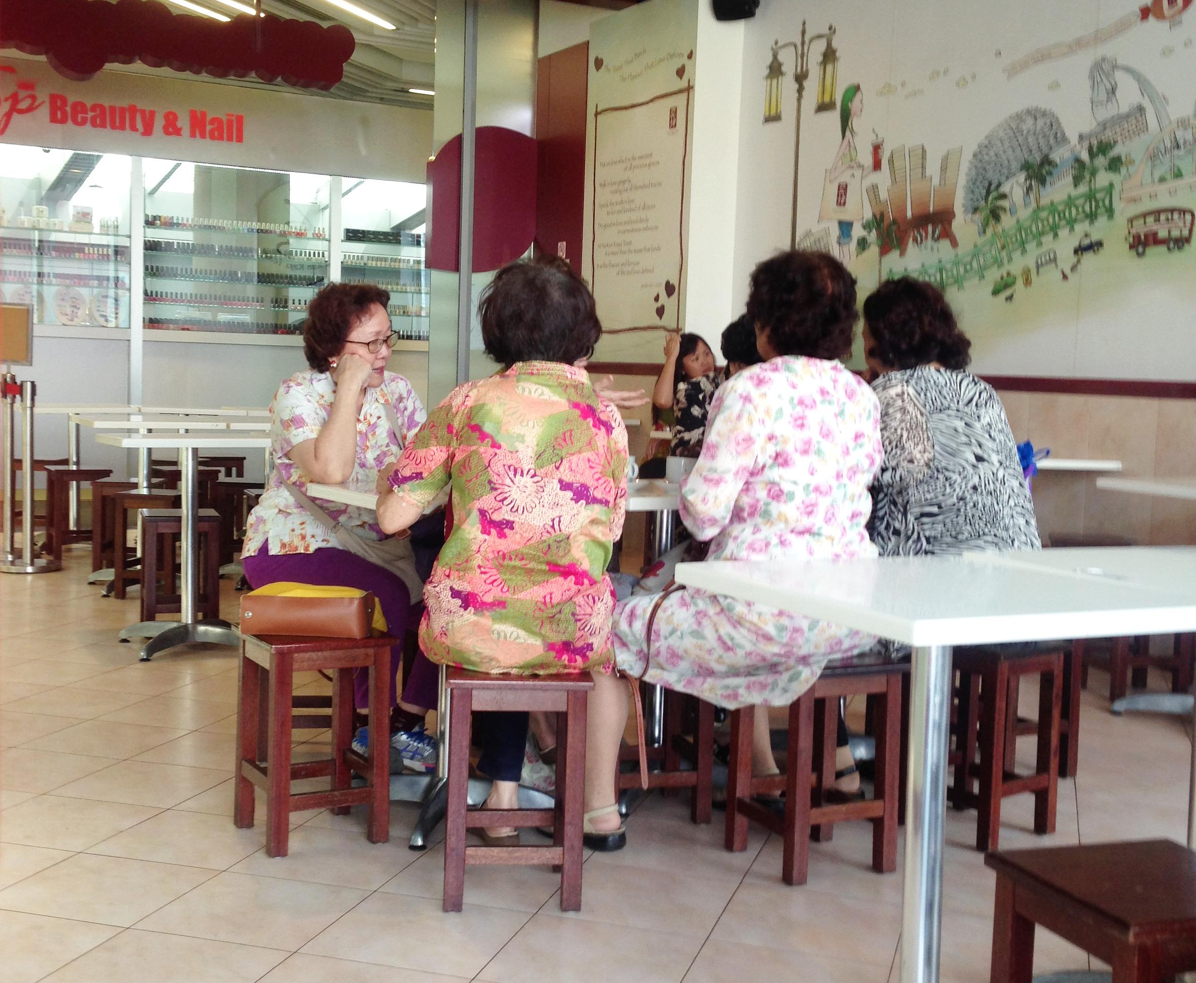 シンガポールでは「coffeeshop talk」という言葉もあるくらい、仲間同士でコーヒーショップに集まることが多い