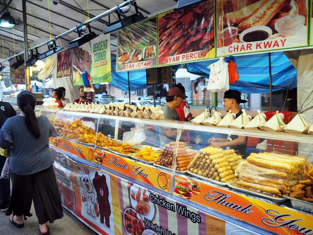 フランクフルト、魚の練り物団子、バナナ、スイートポテトなど、揚げ物オンパレード