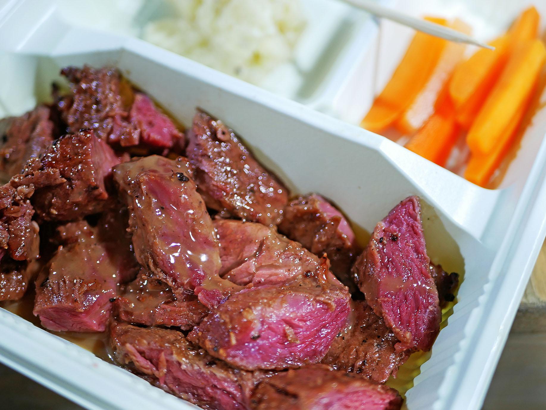 レアの牛ステーキ。つけあわせは生のニンジンとマッシュポテト。