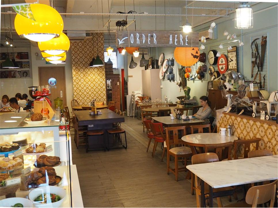 Carpenter & Cook のインテリアはほとんどがイギリスで購入したアンティーク家具で統一されており、かわいい雰囲気。