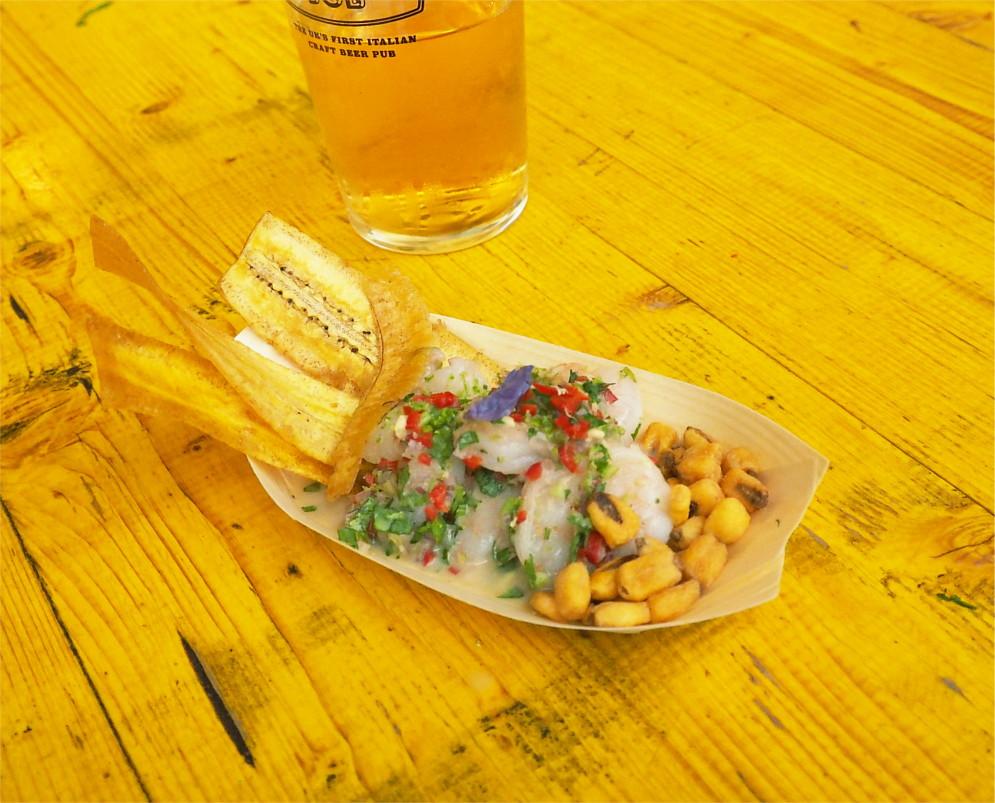 揚げたバナナとコーンが添えられたコロンビアのセビーチェ。