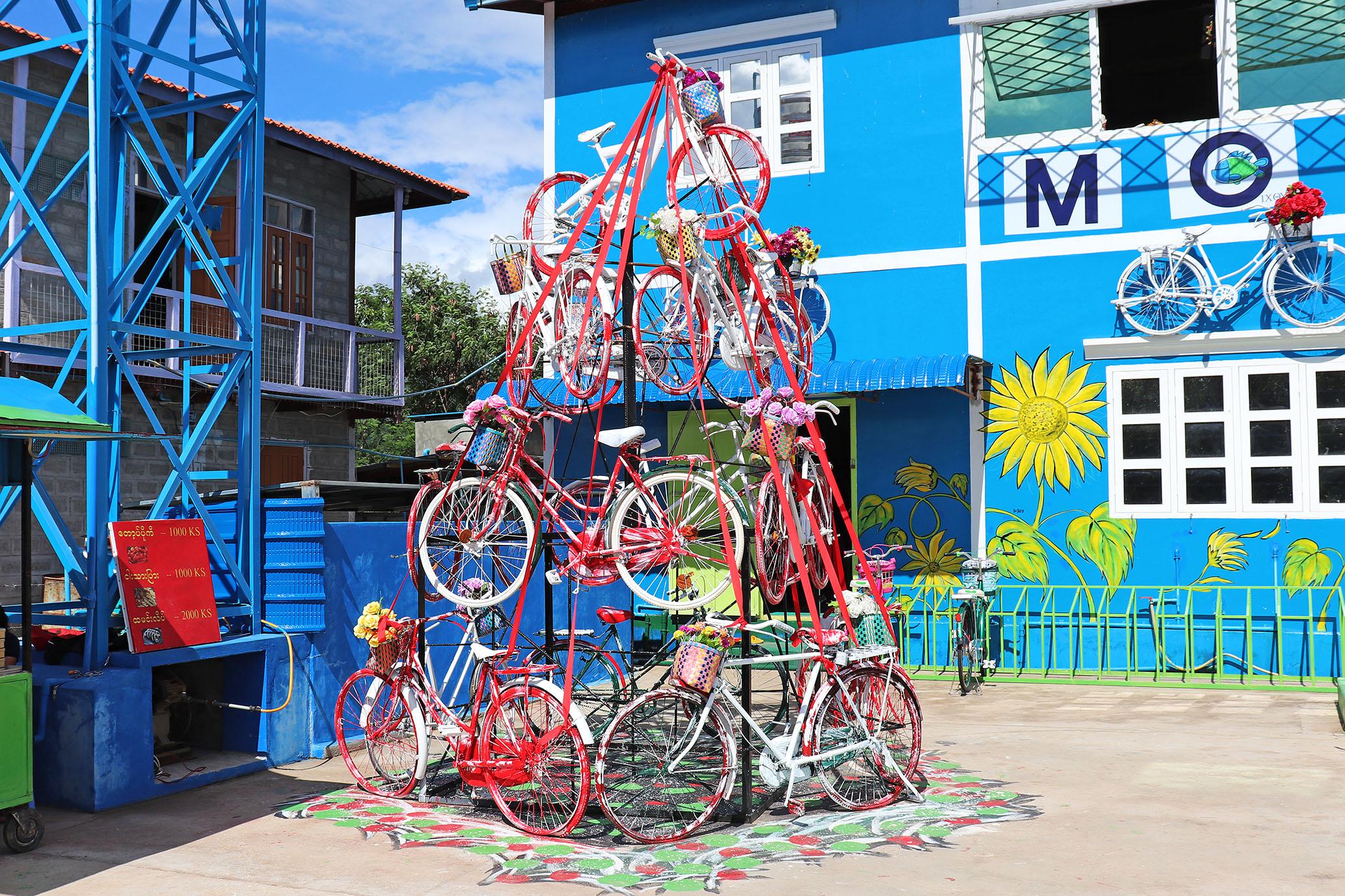 12月にはクリスマスツリーに飾り立てる予定の自転車オブジェ