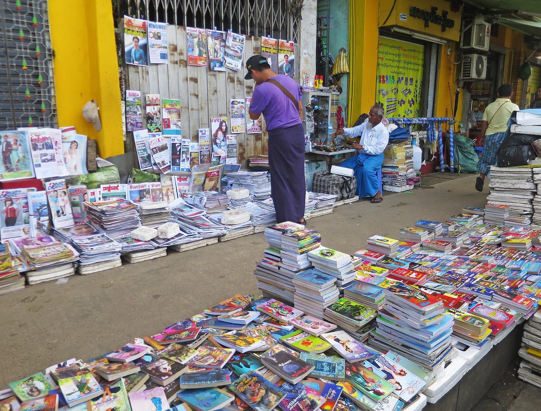 ヤンゴンには古本店が本当多い。特にダウンタウンでは、露店の古本商が目に付く。