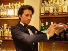清崎雄二郎 熊本県出身 高校を卒業し日本ホテルスクールに入学するために東京に上京する。 卒業後、2000年オープンの東京ドームホテルのメインバー【BAR2000】にて立ち上げに携わる。その後、お客様に誘いを受け神楽坂の【喜えん】にて店長として立ち上げから10年バーテンダーとして携わる。そこでシガーマネージャーの資格を取得。2008年に自身の会社【ヴィーノジャパン株式会社】を設立し、目白と目白台にてBARとレストランのコンサルを手掛け、ホテルスクールの講師も勤める。2011年に池袋【Bar LIBRE】を立ち上げる。 2017年ベトナム、ダナンにてリゾートレストランのコンサルティング。 同年BarLIBRE DaNang をダナンにてオープン  大会受賞歴 2008年バカルディマルティニグランプリ日本大会優勝日本代表  イタリアントリノにて世界大会出場  2009年シーバスリーガルコンペティションジャパンファイナリスト  2008年〜2013年各種日本バーテンダー協会コンペティション受賞  マリブリザールカクテルコンペティション  銀賞  横浜カクテルコンペティション    銀賞  2014年キリンディアジオワールドクラスジャパンファイナリスト 2015年キリンディアジオワールドクラスジャパンファイナリスト シグネチャー部門優勝 2015年ヘネシーミクソロジーコンペティション日本代表  優勝 2017年ベトナムダナンにBar LIBRE DaNang をオープン 2018年Bar LIBRE Rooftop Lounge  同年BarLIBRE DaNang Restaurant をオープン  現在日本バーテンダー協会新宿支部副支部長兼渉外部長を勤める