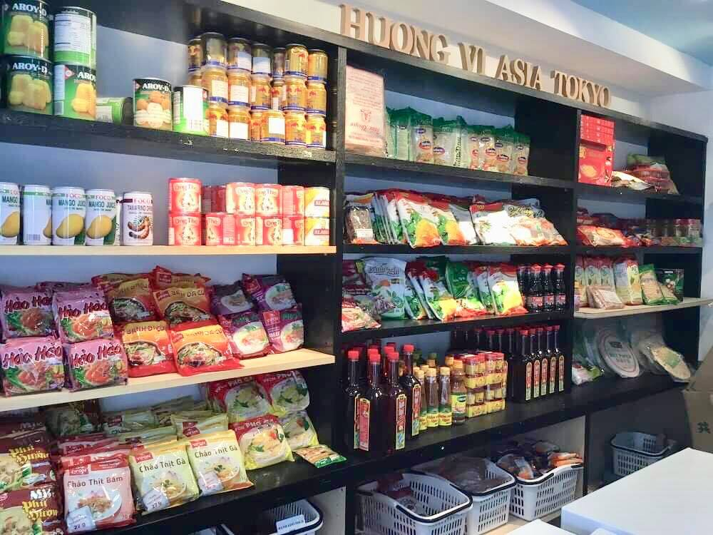 たくさんの輸入食材が並ぶ店内