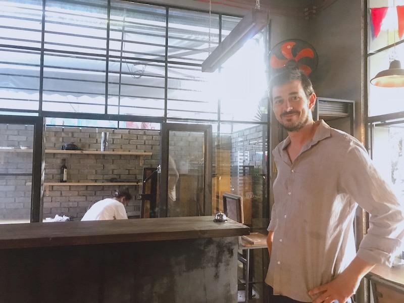 ピザ窯は屋外に設置されている。