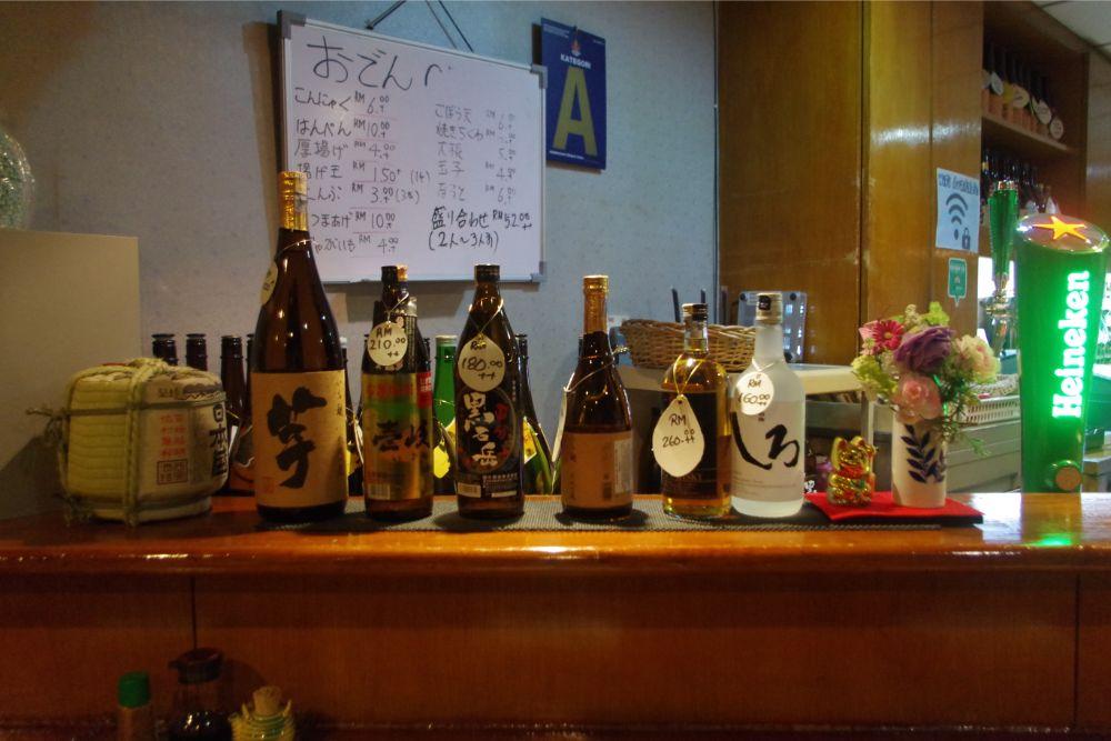 日本のお酒が並ぶカウンター