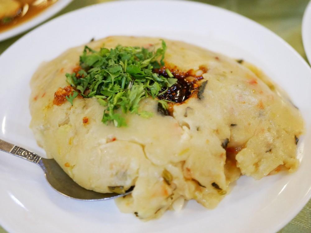 コーカン料理を代表する、ハーブの香りが効いたマッシュポテト。香りも調理法も、カチン料理のマッシュポテトにそっくり