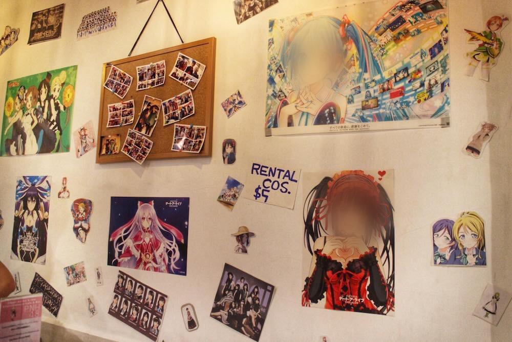 壁にはコスプレをして店内で撮影した写真が。写真は持ち帰りも可能