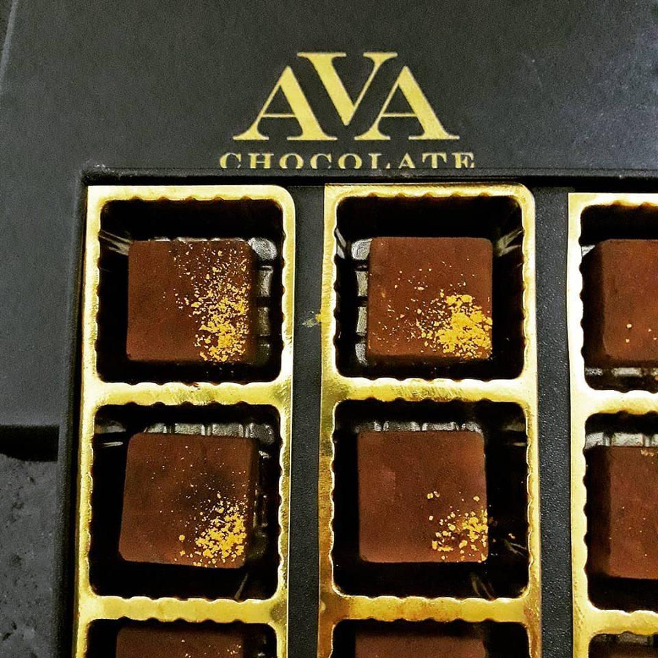 チョコレートは8~16種類のフレーバーが日替わりである。ベルギー、フランス、ベトナムのカカオをミックスして作られたこだわりの味。