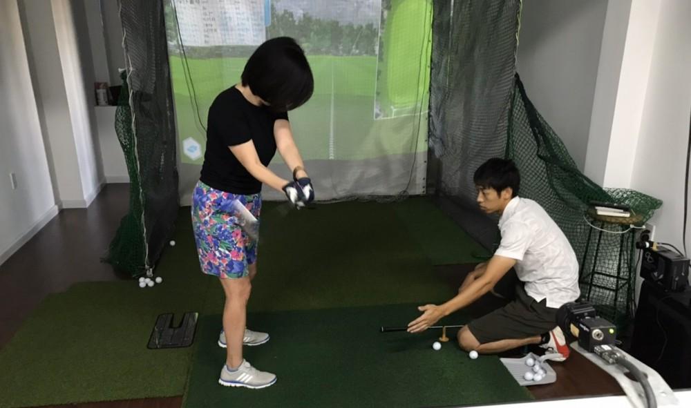 ドライビングレンジだけでなく、コースをラウンドすることもできる。ラウンドモードでレッスンをするメリットはコース戦略、メンタル、ゴルフの考え方がレベルに応じて身につくこと、だそう。